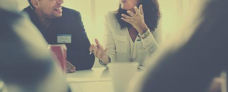 investigando: La gente de negocios que habla Concepto Discutiendo Foto de archivo