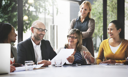 통신: 비즈니스 사람들이 회의 기업 커뮤니케이션 팀워크 개념