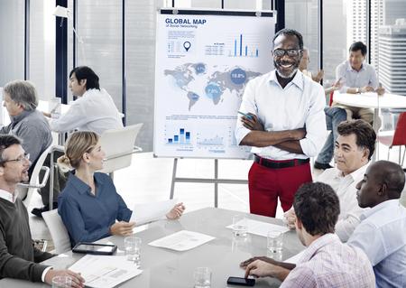 empleados trabajando: Concepto de negocio de equipo de lucro Reuni�n de Estad�stica