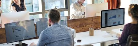 비즈니스 사람들이 회의 토론을 사용하는 사무실 개념