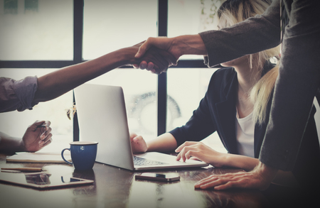 reunion de trabajo: De negocios del apret�n de manos concepto de la operaci�n de felicitaci�n
