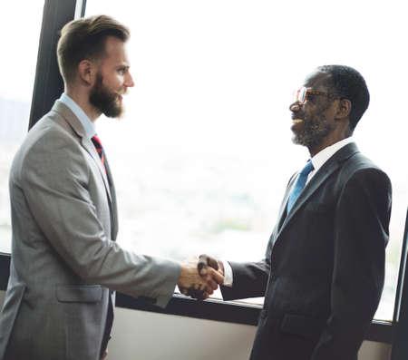 liderazgo empresarial: Negocios apretón de manos acuerdo Acuerdo concepto corporativo