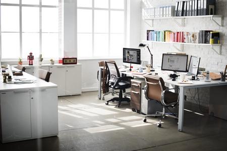 oficina desordenada: Habitaci�n contempor�nea del lugar de trabajo de oficina Concepto