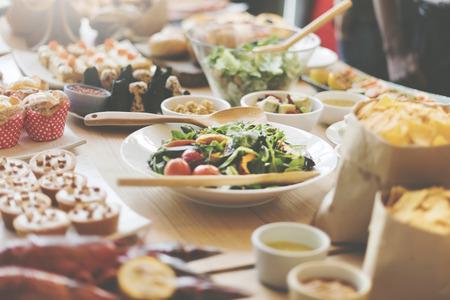 뷔페 브런치 음식을 먹고 축제 카페 식당 개념