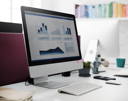 Gráfico del crecimiento del ordenador Éxito Finanzas Concepto de la economía Foto de archivo - 52968230