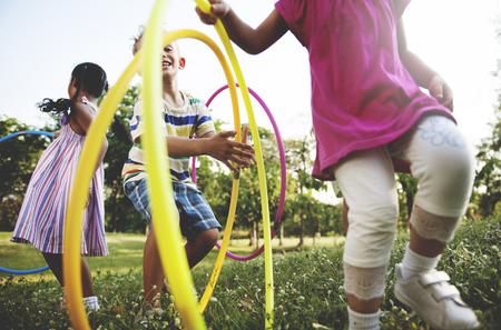 Kind Kinder Kindheit Hula Hoop Hooping Kinder Konzept Standard-Bild