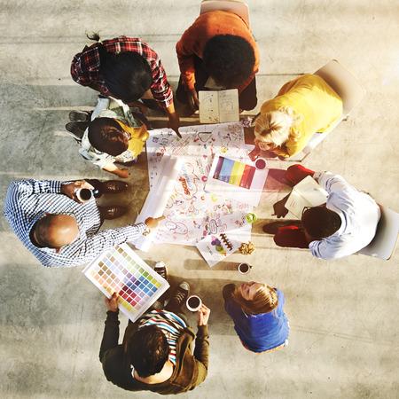 Gruppe verschiedene Designer, die eine Sitzung Konzept Standard-Bild