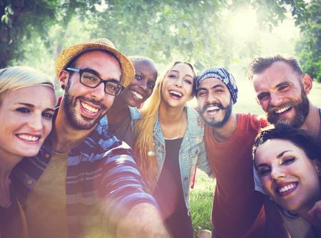 ao ar livre: Diverse Verão Amigos Fun Bonding Selfie Concept