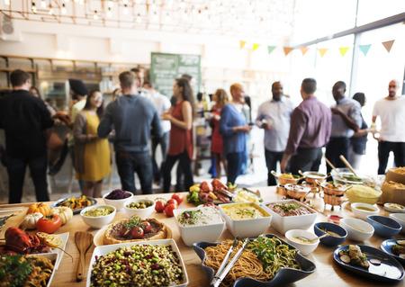 familia cenando: Concepto del partido del buffet Cena Comedor Comida Celebraci�n Foto de archivo