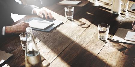 contrato de trabajo: La gente de negocios Reunión Discusión Acuerdo de Negociación Concepto