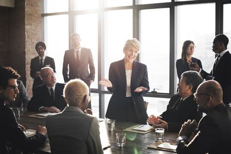 ビジネス: 企業成功のチームワークの概念をブレーンストーミングの会議