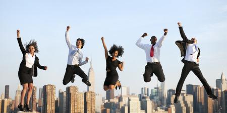 úspěšný: Obchodní cestující dosažení úspěchu City Concept