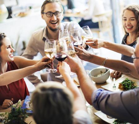 Pranzare pranzo concetto di vino Acclamazioni del partito