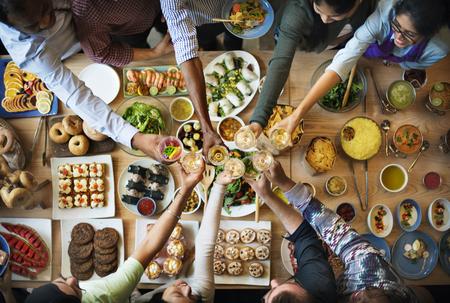 Amigos que disfrutan de la felicidad comedor concepto de alimentación Foto de archivo