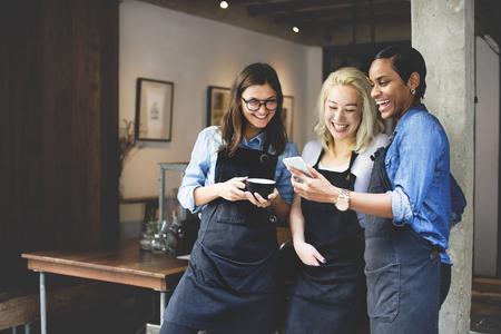 hablando por celular: Amigos que hablan Cafetería Trabajador Concept Foto de archivo
