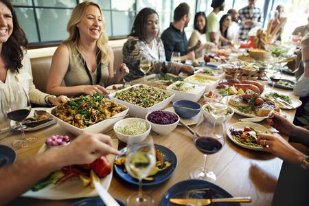 familia cenando: Concepto del partido del buffet Cena Comedor Comida Celebración Foto de archivo