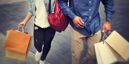 로맨스: 로맨스 지출 개념을 즐기는 쇼핑 커플 자본주의