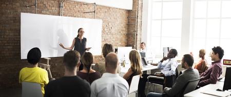 lideres: Negocio de Capacitación del Equipo Escuchando concepto de la reunión