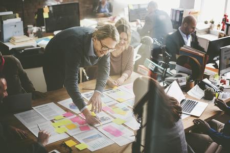 profesionistas: Concepto de negocios La gente de Planificación Oficina de Análisis de Estrategia