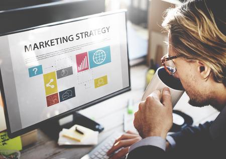Biznesmen myślenia Planowanie Roboczą Marketing Strategy Concept