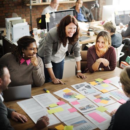 ejecutivo en oficina: Concepto de Trabajo Discusión de la conferencia de negocios Meeting People