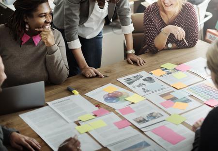 estrategia: Concepto de Trabajo Discusi�n de la conferencia de negocios Meeting People