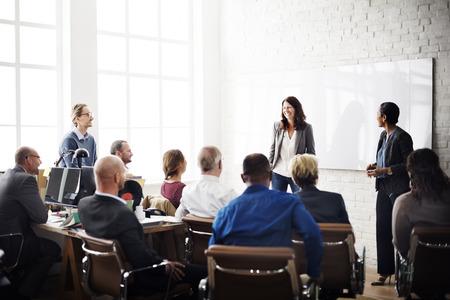 lideres: La gente de negocios Reunión Conferencia intercambio de ideas concepto