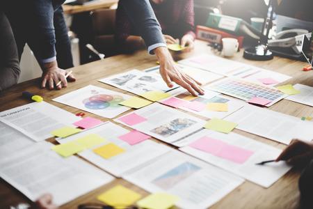 비즈니스 사람들이 회의 디자인 아이디어 개념