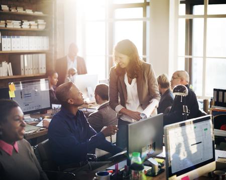colaboracion: Concepto de Trabajo Discusi�n de la conferencia de negocios Meeting People