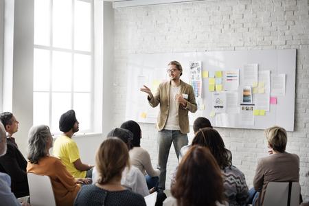 lider: Los colegas conferencia de trabajadores de oficina que cumpla Concepto de las personas