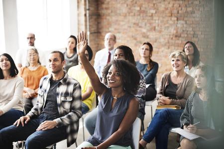 Pubblico seminario riunioni Braccia alzate Chiedere Concetto