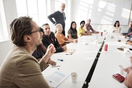 liderazgo: Reuni�n de discusi�n Hablar intercambiar ideas en concepto Foto de archivo