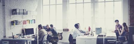 비즈니스 팀 바쁜 말하는 직장 개념