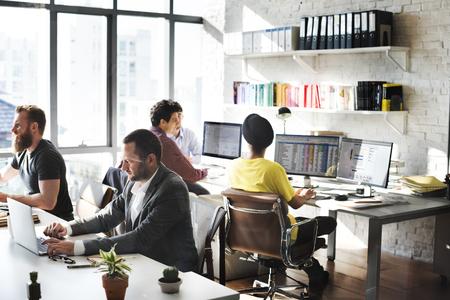 empleados trabajando: Concepto ocupado del asunto Trabajo corporativa