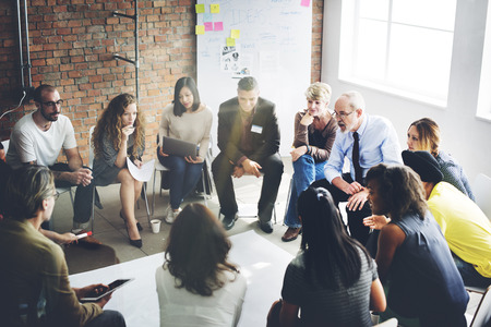 colaboracion: Equipo de negocios Organizaci�n intercambio de ideas concepto Foto de archivo