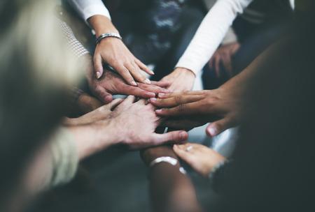 trabajo en equipo: El trabajo en equipo que aúnen sus esfuerzos de apoyo Junto Concept Foto de archivo