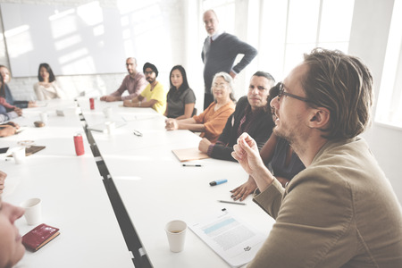 reunion de trabajo: Reuni�n de discusi�n Hablar intercambiar ideas en concepto Foto de archivo