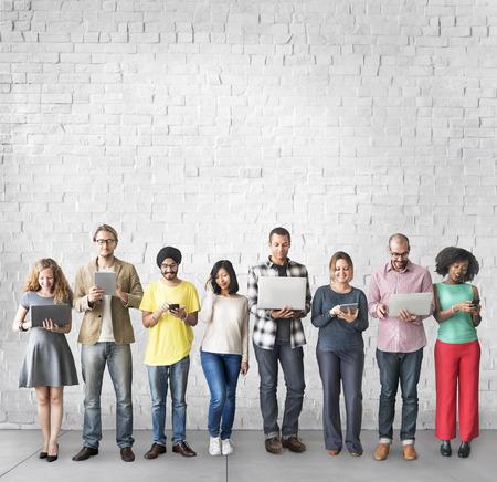 El grupo de personas Concepto de conexión de dispositivos digitales
