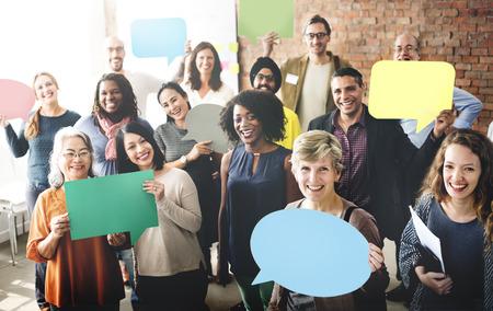 közlés: Különböző emberek közlemény beszédbuborékká Concept Stock fotó