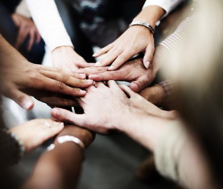 fuerza: El trabajo en equipo equipo de unir sus manos concepto de asociaci�n
