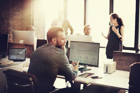 金融成長の成功の概念を考えてビジネス人分析
