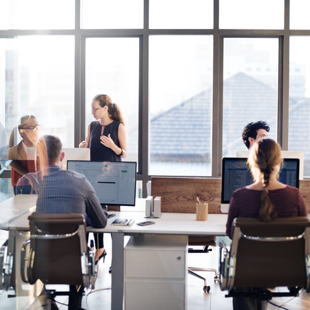 empleados trabajando: La colaboraci�n de planificaci�n concepto compartido de apoyo a las empresas