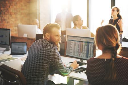 economia: La gente de negocios la planificación financiera Hoja de Concepto Contabilidad
