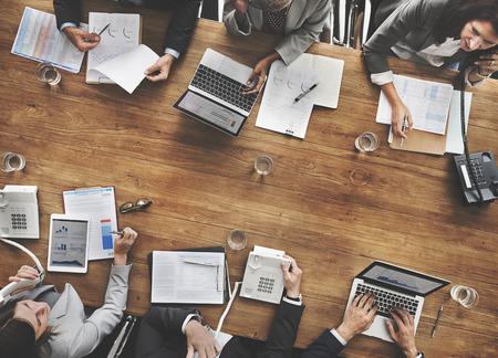 trabajo en equipo: La gente de negocios Reuni�n del �xito del crecimiento econ�mico Concepto Objetivo