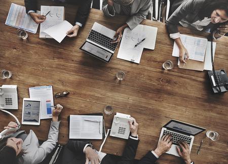 crecimiento: La gente de negocios Reuni�n del �xito del crecimiento econ�mico Concepto Objetivo