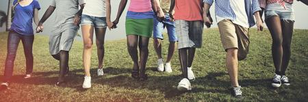 Grupa zwykli ludzie spaceru wraz plenerze Concept Zdjęcie Seryjne