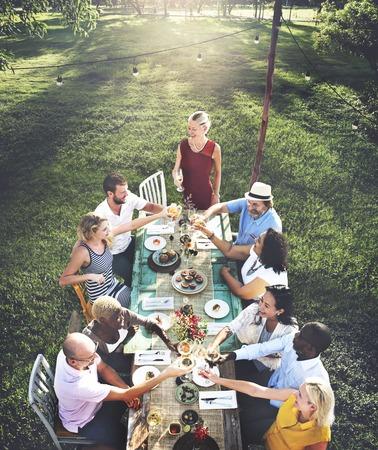 多様な人々 がパーティーの一体感の友情の概念