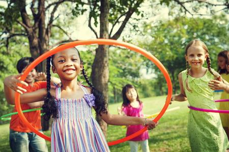 友達幸せ連帯概念を遊んでいる子供たち