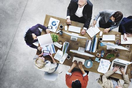 reunion de trabajo: Grupo de hombres de negocios de trabajo en el concepto de oficina