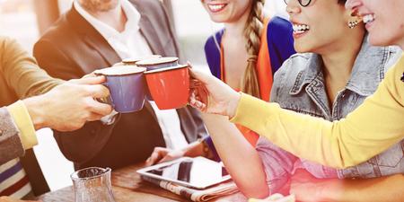 사람들이 환호하는 커피 행복 친구 개념